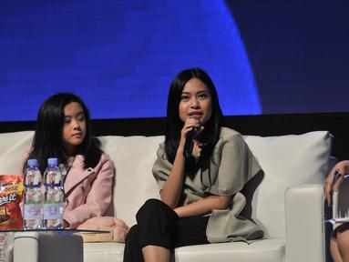 """Selebgram Hanggini P Retto (tengah) saat pembicara dalam diskusi panel di acara XYZ Day 2018 di The Hall, Senayan City, Jakarta, Rabu (25/4). Diskusi ini mengangkat topik """"Keeping Up With Generation Z"""". (Merdeka.com/Iqbal S Nugroho)"""