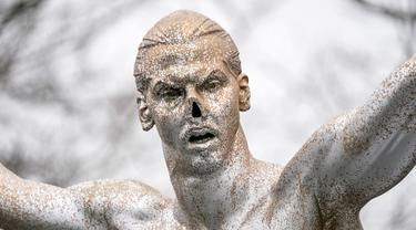 Penampakan hidung patung Zlatan Ibrahimovic yang rusak, Malmo, Swedia, Minggu (22/12/2019). Perusakan patung yang terjadi untuk kesekian kali tersebut dilakukan fans Malmo karena kecewa sang idola membeli saham di klub rival, Hammarby. (Johan Nilsson/TT News Agency via AP)