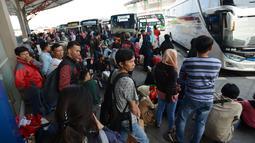 Calon pemudik menunggu keberangkatan bus Antar Kota Antar Provinsi (AKAP) di Terminal Pulo Gebang, Jakarta, Sabtu (1/6/2019). Terminal Pulo Gebang melayani keberangkatan mudik tujuan Pulau Jawa, Bali, dan Sumatera. (merdeka.com/Imam Buhori)