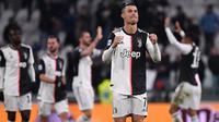 Striker Juventus, Cristiano Ronaldo, merayakan kemenangan atas Parma pada laga Serie A di Stadion Juventus, Turin, Minggu (19/1). Juventus menang 2-1 atas Parma. (AFP/Marco Bertorello)
