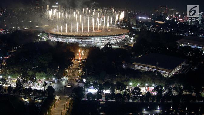 Pesta kembang api menyemarakkan upacara pembukaan Asian Games 2018 di Stadion Utama Gelora Bung Karno (SUGBK), Senayan, Jakarta, Sabtu (18/8). (Bola.com/ Iqbal Ichsan)