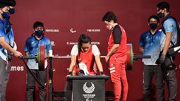 Ni Nengah Widiasih meraih medali perak setelah mampu mengangkat barbel seberat 98 kg. (Foto: Dok. NPC Indonesia)