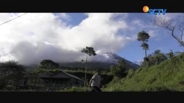 Meski status Gunung Merapi telah meningkat jadi waspada sejak Senin (21/5) kemarin, warga di sekitar lereng sudah mulai beraktivitas normal seperti biasa.
