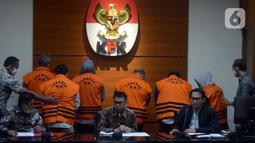 Wakil Ketua KPK Nawawi Pomolango (tengah) mengumumkan hasil OTT terhadap Bupati Kutai Timur Ismunandar di Gedung KPK, Jakarta, Jumat (3/7/2020). Ismunandar dan Istrinya Encek Unguria yang juga Ketua DPRD Kutai Timur tertangkap OTT di sebuah hotel Jakarta. (merdeka.com/Imam Buhori)