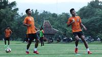 Suhandi (kiri), saat ikut latihan bersama PSS Sleman di lapangan Yogyakarta Independent School (YIS), Selasa (12/2/2019). (Bola.com/Vincentius Atmaja)