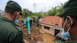 Tentara Sri Lanka berupaya menyelamatkan para korban yang terperangkap gunungan sampah di Meetotamulla, dekat ibukota Kolombo, Minggu (16/4). Ratusan tentara mencari korban yang tertimbun penampungan sampah dengan alat berat. (AP Photo/Eranga Jayawardena)