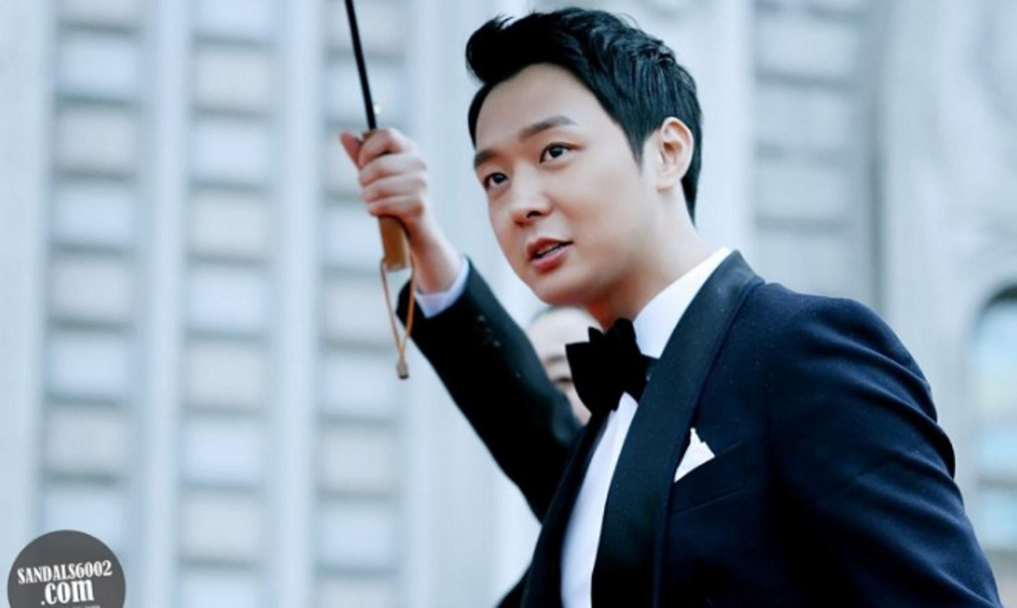 Park Yoochun, personel JYJ terlihat tampan dalam setelan jas di sebuah penghargaan ternama (Hancinema)