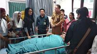 Istri Gubernur Kalteng melihat Titi Wati sebelum operasi. (Liputan6.com/Rajana K)