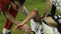 Pemain Jerman Ilkay Gundogan Membantu Rekannya  (Thilo Schmuelgen/Pool via AP)