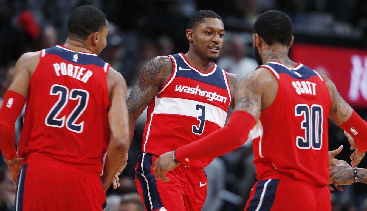 Para pemain Washington Wizards merayakan kemenangan atas Denver Nuggets pada laga NBA di Pepsi Center, Denver, Selasa (23/10/2017). Denver Nuggets kalah 104-109 dari Washington Wizards. (AP/David Zalubowski)