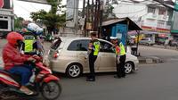 Anggota Satlantas Polres Metro Depok saat memutar balik kendaraan pemudik di Jalan Raya Ciputat-Parung, Kecamatan Bojongsari. (Istimewa)