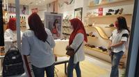 Antrean pengunjung toko Fitflop yang berburu promo. (dok. Fitflop Indonesia/Dinny Mutiah)