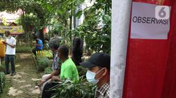 Sejumlah warga menunggu observasi seusai mendapat vaksinasi COVID-19 di Kampung Tangguh Jaya Cideng, Jakarta, Sabtu (10/4/2021). Pelaksanaan program vaksinasi massal tersebut dilakukan di 500 Kampung Tangguh Jaya (KTJ), beberapa mal, serta tempat umum lainnya. (Liputan6.com/Herman Zakharia)