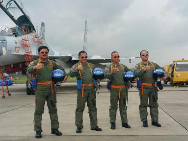 Panglima TNI Marsekal Hadi Tjahjanto (kiri), Kapolri Jenderal Tito Karnavian (kedua kiri), Kasad Jenderal Mulyono (kedua kanan), dan Kasal Laksamana Ade Supandi berpose di depan pesawat Sukhoi, Jakarta, Rabu (20/12).  (Liputan6.com/Nanda Perdana)
