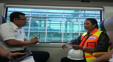 Menteri Badan Usaha Milik Negara (BUMN) Rini Soemarno mencoba kereta api (KA) Bandara Soekarno-Hatta untuk pertama kalinya. (Liputan6.com/Ilyas Istianur P)