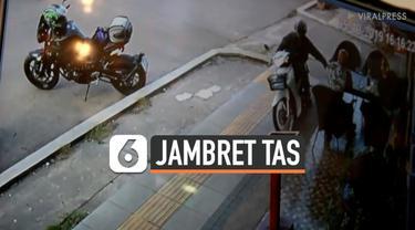 Terekam kamera CCTV, seorang pengendara motor jambret sebuah tas milik seorang turis. Peristiwa terjadi saat turis tengah menikmati kopinya di sebuah kafe di Udon Thani, Thailand.