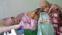 Bidan di Puskesmas Kebasen, Banyumas, memeriksa riwayat kesehatan ibu hamil di aplikasi Saskia Gotak dan memeriksa kesehatan ibu hamil. (Foto: Liputan6.com/Muhamad Ridlo)