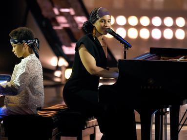 "Penyanyi Alicia Keys dan putranya Egypt Dean beraksi bermain piano di panggung iHeartRadio Music Awards 2019 di Los Angeles, California, AS (14/3). Alicia Keys dan putranya membawakan lagu ""Raise A Man"". (AP Photo/Chris Pizzello)"