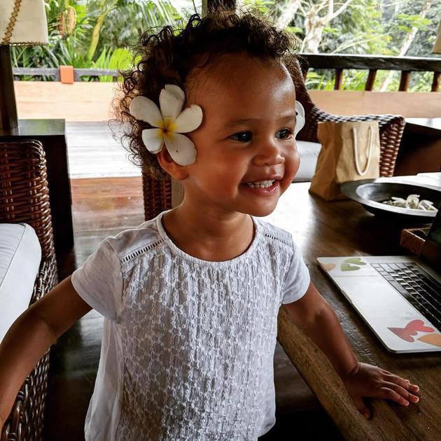 Menikmati momen liburannya di Bali, Luna pun terlihat cantik dengan bunga kamboja yang menghiasi telinganya. Nggemesin banget deh ya? ;)/Copyright instagram.com/chrissyteigen/johnlegend