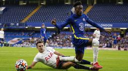 Bek Tottenham Hotspur, Sergio Reguilon (kiri) berebut bola dengan gelandang Chelsea, Callum-Hudson Odoi dalam laga uji coba pramusim 2021/2022 di Stamford Bridge, London, Rabu (4/8/2021). Tottenham bermain imbang 2-2 dengan Chelsea. (Foto: AP/Matt Dunham)