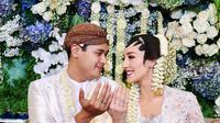 Pernikahannya dengan Panji digelar dengan konsep adat Jawa. Saat prosesi akad nikah, Varsha tampak cantik mengenakan kebaya putih. (Liputan6.com/IG/@varshaadhikumoro)