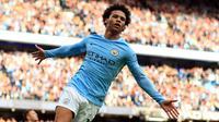 Gelandang Manchester City, Leroy Sane melakukan selebrasi usai mencetak gol ke gawang Stoke City pada lanjutan Liga Inggris di Etihad Stadium, Manchester, (14/10). City menang telak atas Stoke dengan skor 7-2. (Mike Egerton / PA via AP)