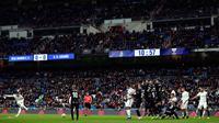 Bek Real Madrid, Sergio Ramos (kiri) melakukan tendangan bebas saat menghadapi Leganes dalam laga Copa del Rey di Santiago Bernabeu, Madrid, Spanyol, Rabu (9/1). Real Madrid mengalahkan Leganes 3-0. (AP Photo/Manu Fernandez)