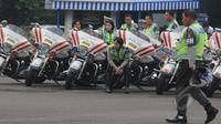 Sejumlah anggota Ditlantas Polda Metro Jaya sebelum mengikuti apel Gelar Pasukan Ops Simpatik Jaya 2015 di Lapangan Ditlantas Polda Metro Jaya, Rabu (1/4/2015). (Liputan6.com/Herman Zakharia)