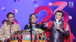 Penyanyi Rhoma Irama (kanan) memberi sambutan jelang meresmikan Liga Dangdut Indonesia pada Konser Raya 23 Tahun Indosiar di Jakarta Convention Centre, Kamis (11/1). Ajang ini diikuti 34 pedangdut se-Indonesia. (Liputan6.com/Helmi Fithriansyah)