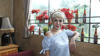 Aktris Nikita Mirzani berpose untuk difoto usai menggelar konferensi pers di kawasan Gunawarman, Jakarta, Senin (09/10). (Liputan6.com/Herman Zakharia)