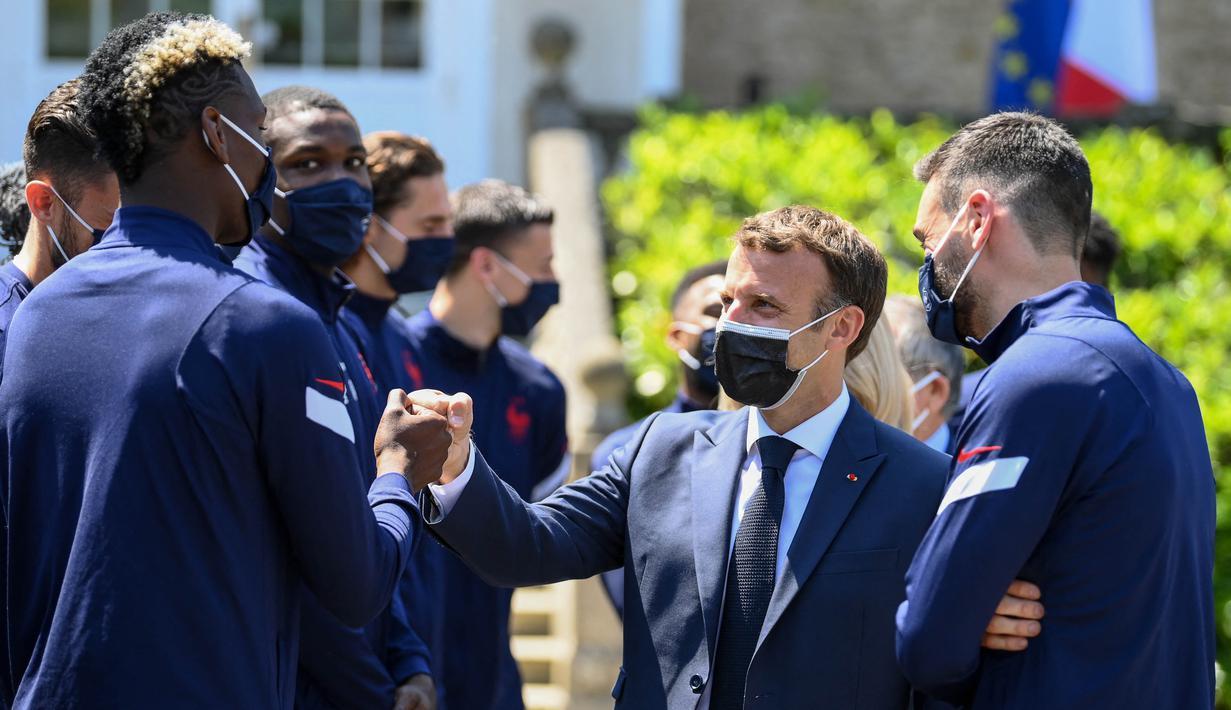 Ditemani oleh kapten tim, Hugo Lloris, Emmanuel Macron menghampiri satu demi satu pemain timnas Prancis. Salah satunya adalah gelandang Manchester United, Paul Pogba. (Foto: AFP/Pool/Franck Fife)