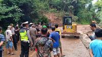 Tening longsor memutus akses jalan nasional di perbatasan Desa Cikijing Kabupaten Majalengka menuju Kabupaten Kuningan Jawa Barat. Foto (Liputan6.com / Panji Prayitno)