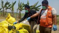 Polisi olah TKP pembuangan limbah medis di Karawang (Liputan6.com/Abramena)