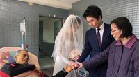 Sesaat menjelang dioperasi, ia masih sempat menjadi bagian dari hari bahagia putrinya yang menikah di hari itu.