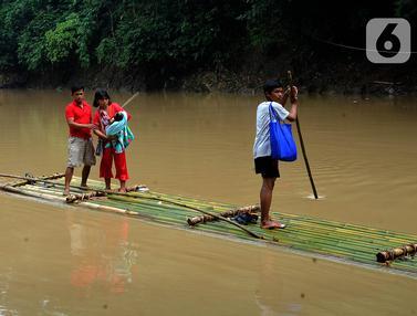 Warga Seberangi Sungai Cikaniki Bogor dengan Rakit
