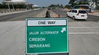 Kendaraan melintas di ruas tol yg diberlakukan one way setelah Gerbang Tol Cikampek Utama, Jawa Barat  (30/5/2019). Pengaturan arus lalulintas satu arah dimulai dari Km 70 Tol Jakarta-Cikampek usai gerbang tol utama Cikampek, hingga KM 262 di ruas Tol Pejagan-Pemalang. (Liputan6.com/Herman Zakharia)