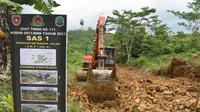 Prajurit TNI Angkatan Darat saat mengerjakan pembukaan akses jalan bagi Desa Binusan Dalam, Nunukan, Kalimantan Utara. (foto: istimewa)