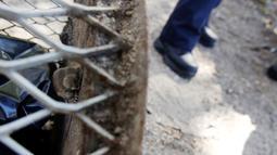 Kondisi badan dan kaki tikus yang terjebak di tong sampah di Brooklyn, New York, Amerika Serikat, (18/10). Tim medis dari Pemadam Kebakaran New York (FDNY) dikerahkan untuk menyelamatkannya tikus yang terjebak di tong sampah. (REUTERS/Lucas Jackson)