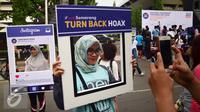 Sejumlah warga berselfie dengan papan anti hoax Deklarasi Masyarakat Anti Hoax di Area CFD Jalan Pahlawan, Semarang (8/1). Gerakan tersebut untuk mengajak masyakat agar kritis menyikapi berita di media sosial. (Liputan6.com/Gholib)