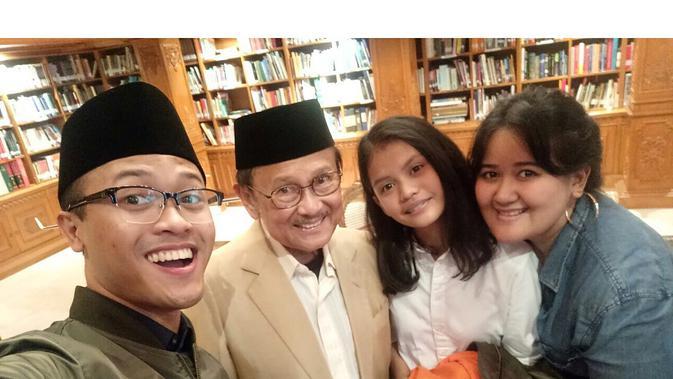 BJ Habibie dan cucu (Sumber: Instagram/archiewirija)