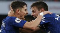 Gelandang Chelsea, Jorginho, bersama Cesar Azpilicueta merayakan gol ke gawang Arsenal pada laga Premier League di Stadion Emirates, London, Minggu (29/12). Arsenal kalah 1-2 dari Chelsea. (AFP/Ian Kington)