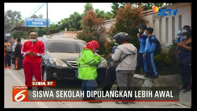 Siswa SMPN 2 Pakem, Sleman, terpaksa dipulangkan lebih awal karena adanya erupsi freatik Gunung Merapi.