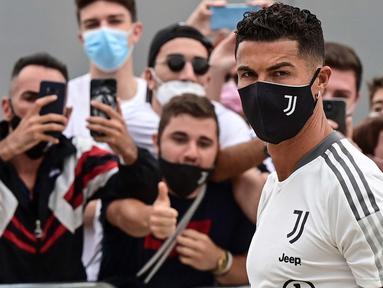 Spekulasi mengenai kepindahan Cristiano Ronaldo akhirnya terjawab. Kekasih dari Georgina Rodriguez tersebut menunjukkan kehadirannya di pusat medis milik Juventus untuk melaksanakan rangkaian tes medis. (Foto: AFP/Miguel Medina)