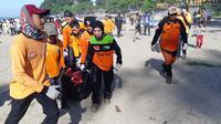 Petugas mengevakuasi jenazah pelajar asal Bogor yang tenggelam terseret ombak di Pantai Palabuharatu, Sukabumi, Jawa Barat. (Foto: Dok. Basarnas/Mulvi Mohammad)