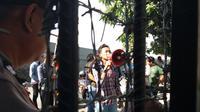 Sejumlah mahasiswa berunjuk rasa menuntut penuntasan kasus dugaan suap proyek DAK senilai Rp 40 miliar di Kota Pare-Pare (Liputan6.com/ Eka Hakim)
