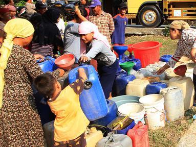 Warga antre mendapatkan bantuan air bersih dari Keluarga Besar Masyarakat Banten di Desa Ridomanah, Cibarusah, Bekasi, Jawa Barat, Rabu (3/7/2019). Sudah 2 bulan kawasan Cibarusah dan sekitarnya mengalami krisis air akibat musim kemarau. (merdeka.com/Arie Basuki)