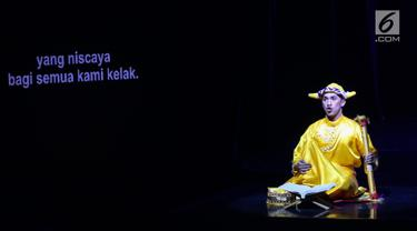 Pemain mempersembahkan pertunjukan teater I LA GALIGO di Ciputra Artpreneur Theater, Jakarta, Rabu (3/6/2019). Pementasan musik-teater yang diadaptasi dari 'Sureq Galigo' merupakan wiracarita mitos penciptaan suku Bugis (circa abad 13 dan 15) dalam bentuk syair. (Liputan6.com/Fery Pradolo)