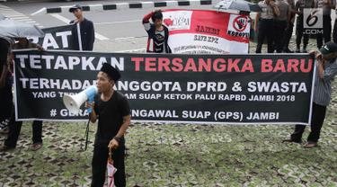 Aktivis antikorupsi dan mahasiswa  yang mengatasnamakan Gerakan Pengawal Suap (GPS) Jambi berunjuk rasa di depan Gedung KPK, Jakarta, Jumat (9/3). Mereka mendesak KPK segera menahan tersangka suap Gubernur Jambi Zumi Zola. (Liputan6.com/Herman Zakharia)