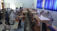 Siswa SMA Muhipo saat melaksanakan try out dengan menggunakan komputer. (Liputan6.com / Dian Kurniawan)