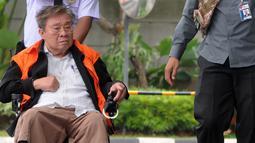 Dirut PT. WKE, Budi Suharto saat tiba menggunakan kursi roda di Gedung KPK, Jakarta, Senin (14/1). Budi Suharto diperiksa sebagai tersangka kasus suap sejumlah proyek pembangunan SPAM tahun anggaran 2017-2018. (merdeka.com/Dwi Narwoko)
